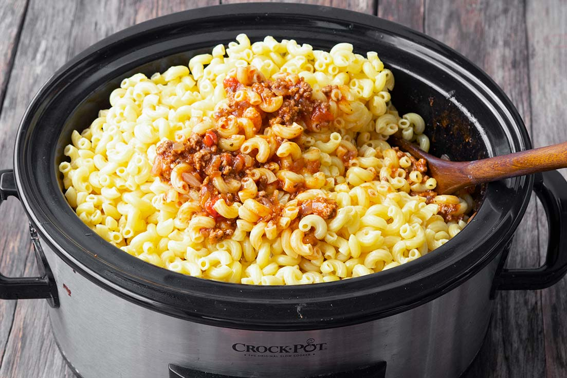 Mixing pasta and sauce in the crockpot