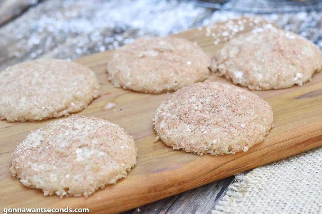 You're going to love these traditional polvorones cookies packed with cinnamon and the classic crumbly texture. This shortbread cookie melts in your mouth! #Polvorones #SpanishCookies #ChristmasCookies