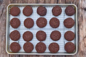 How to make chocolate Christmas cookies, placing the cookies on the cooling rack