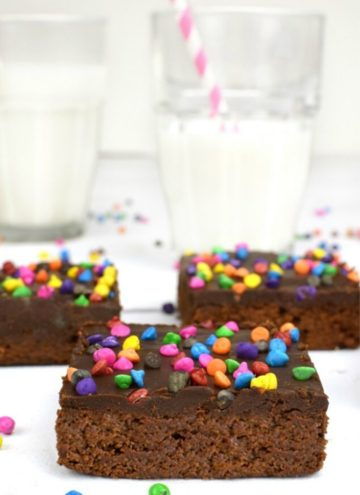 Slices of cosmic brownies with glasses of milk on the table